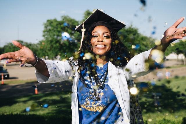 confetti-girl-graduation-1139317